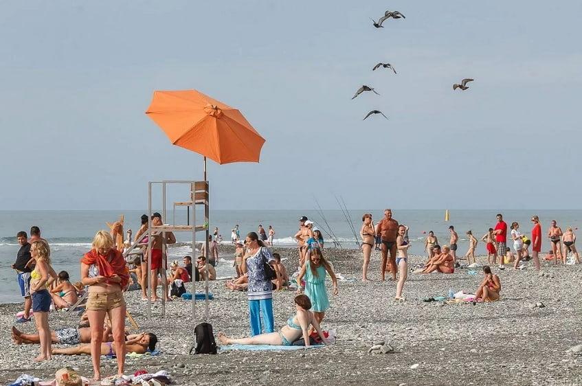 Отдыхающие на пляже - фото